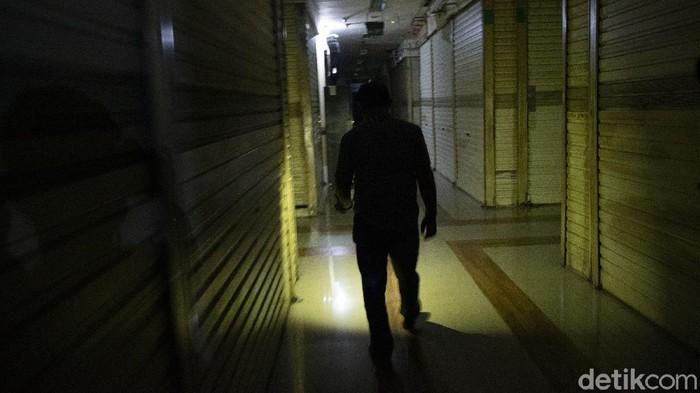 PPKM Level 4 membuat PGC Cililitan, Jakarta, yang biasanya ramai menjadi gelap gulita dan sepi bak lokasi uji nyali. Ini foto-fotonya!