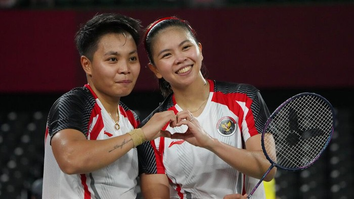 Greysia Polii/Apriyani Rahayu berhasil menjadi juara Grup A di cabang bulutangkis Olimpiade Tokyo 2020. Wakil Indonesia itu mengalahkan Yuki Fukushima/Sayaka Hirota 24-22, 13-21, 21-8.