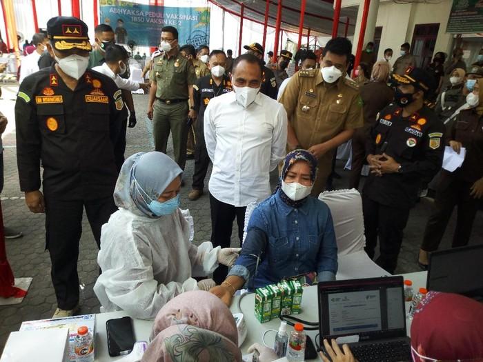 Gubsu Edy Rahmayadi meninjau vaksinasi massal di Gedung Kejati Sumut