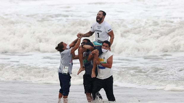 ICHINOMIYA, JAPAN - JULY 27: Italo Ferreira of Team Brazil shows emotion after winning the Gold Medal in the men's Surfing final match against Kanoa Igarashi of Team Japan on day four of the Tokyo 2020 Olympic Games at Tsurigasaki Surfing Beach on July 27, 2021 in Ichinomiya, Chiba, Japan. (Photo by Ryan Pierse/Getty Images)