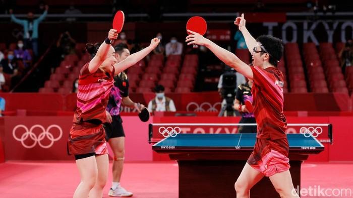 Jun Mizutani dan Mima Ito berhasil menumbangkan China Xu Xin dan Liu Shiwen dalam pertandingan anda campuran tenis meja Olimpide Tokyo. Mereka pun menyabet medali emas.