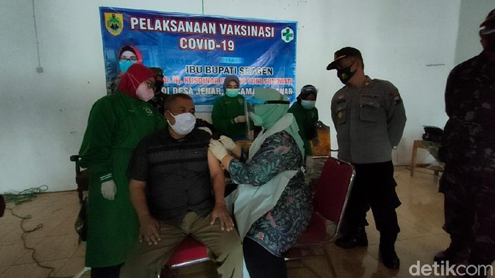Kades Samto di Sragen menerima vaksinasi yang disuntikkan oleh Bupati Sragen