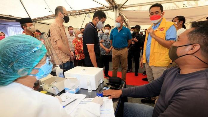 Anggota Komisi XI DPR RI Kamrussamad bersama Menteri Pariwisata dan Ekonomi Kreatif Sandiaga Uno meninjau vaksinasi di kawasan Jakarta Barat.