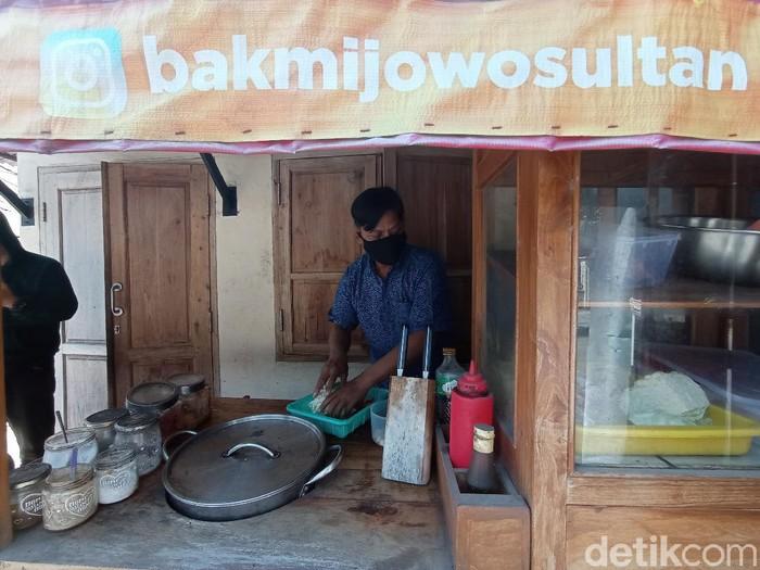 Kedai bakmi di Cirebon sediakan ratusan porsi makanan untuk pasien isoman