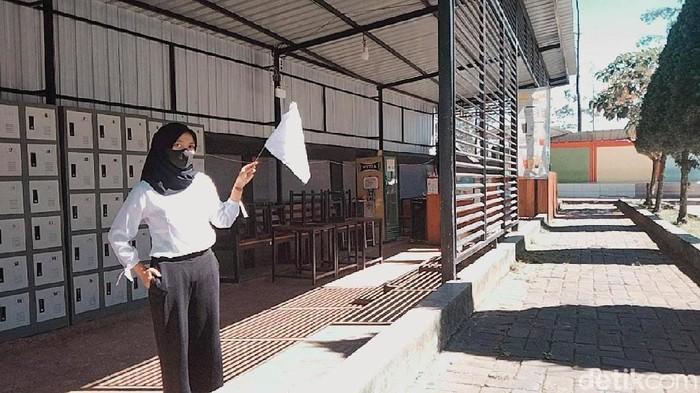 Sejumlah tempat wisata di Mojokerto serentak mengibarkan bendera putih. Aksi ini dilakukan untuk mengetuk pintu pemerintah, terutama Presiden Joko Widodo, atas keadaan sulit yang mereka alami saat digelarnya PPKM.