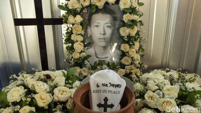 Pemprov DKI bersama Himpunan Bersatu Teguh mendirikan krematorium di TPU Tegal Alur, Jakarta Barat untuk mengatasi minimnya fasilitas jasa kremasi di Jakarta.