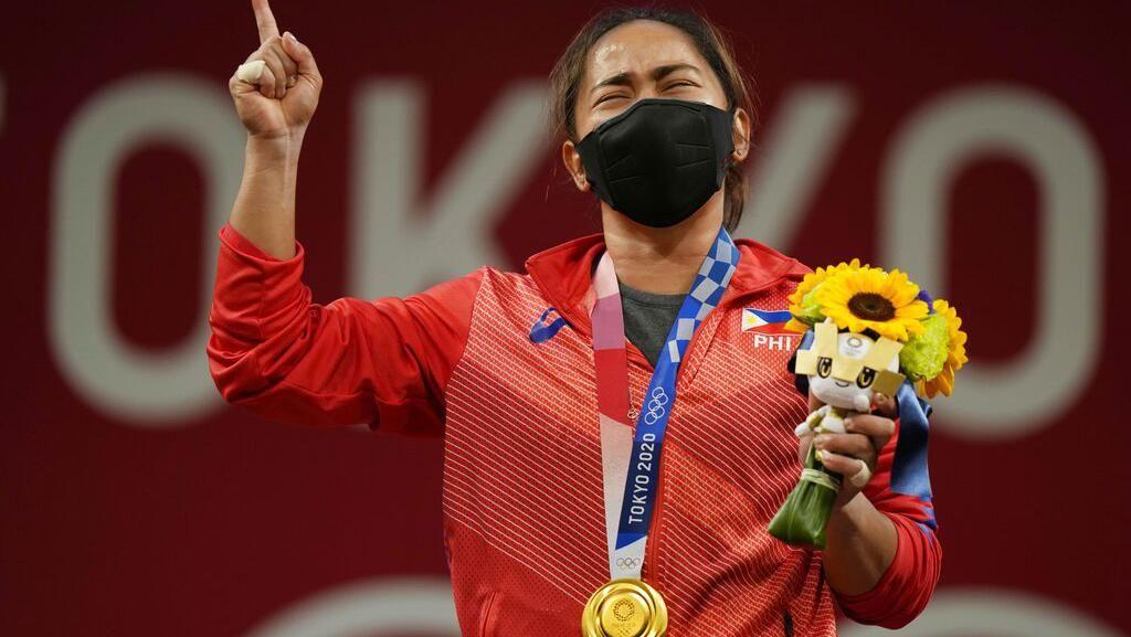 Foto: Sejarah! Lifter Ini Raih Emas Pertama Filipina di Olimpiade