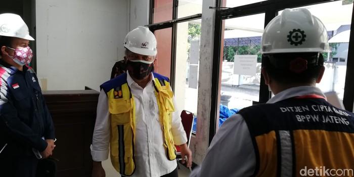 Menteri PUPR Basuki Hadimuljono meninjau progres fasilitas isolasi pasien COVID-19 diantaranya RS Darurat Donohudan, Boyolali, Jawa Tengah.