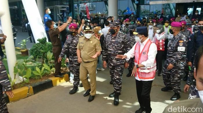 Menhub Budi Karya Sumadi dan KSAL Laksamama TNI Yudo Margono menyoroti vaksinasi COVID-19 di Cilegon, Banten, baru capai 18%. (M Iqbal/detikcom)