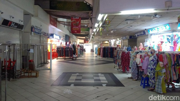 Pasar Tanah Abang sepi, Selasa (27/8/2021), sejumlah toko tampak dijual dan disewakan.