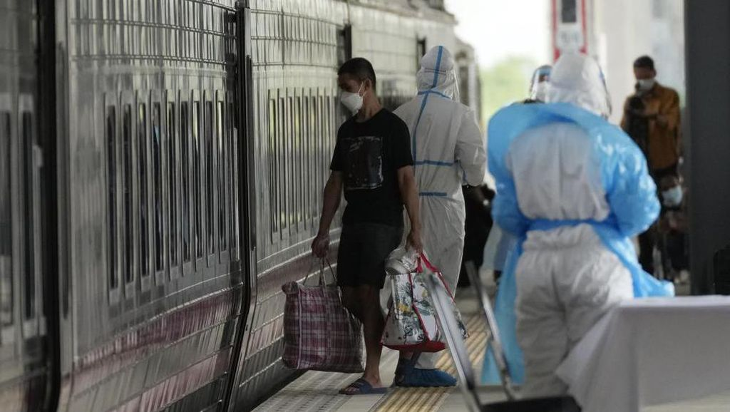 Proses Pemindahan 100 Pasien Positif Covid-19 di Bangkok