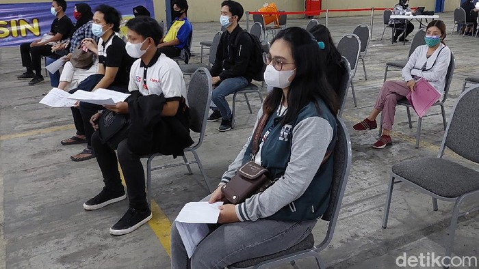 Kementerian Koperasi dan UKM gelar vaksinasi COVID-19 untuk  ribuan karyawan ritel hingga pelaku UMKM di Kota Bandung, Jawa Barat.