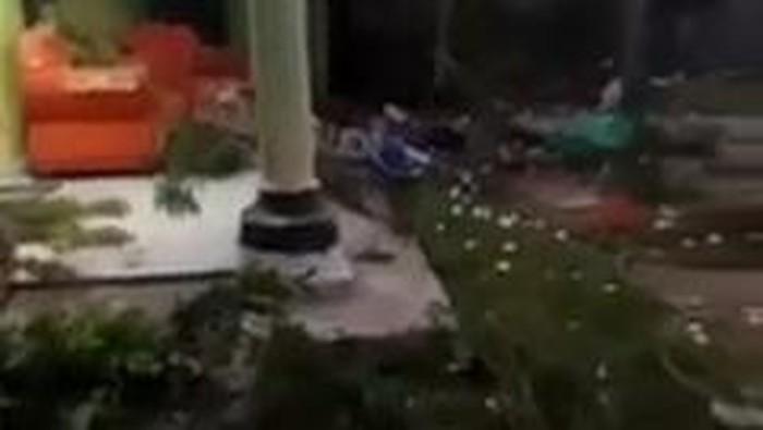 Beredar video perusakan rumah warga di Banyuwangi. Perusakan tersebut disebut-sebut dilakukan oleh sejumlah pria misterius berbaju hitam.