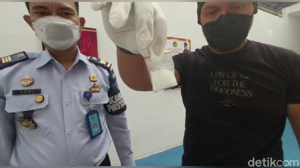 Rekaman CCTV Pemotor Lempar Botol Berisi Sabu ke Lapas Purwakarta