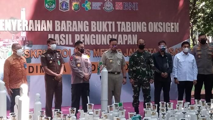 Kapolda Metro Jaya Irjen Fadil Imran serahkan ratusan tabung oksigen hasil sitaan dari pelaku kejahatan ke Gubernur DKI Jakarta Anies Baswedan, Selasa (27/7/2021).