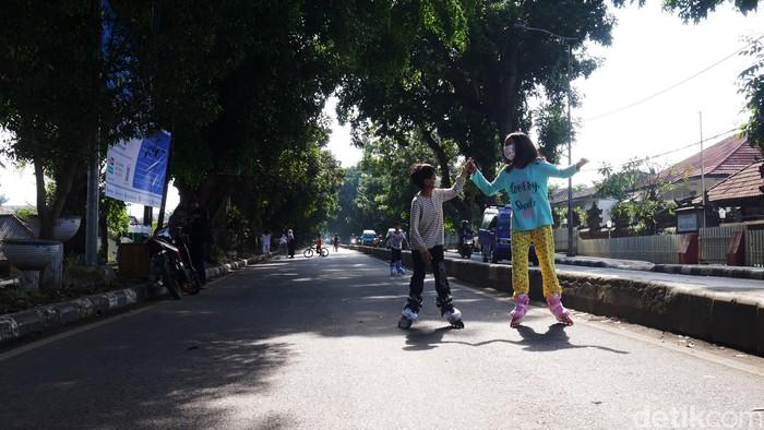 Jalan Sriwijaya Raya, di Kota Cimahi jadi arena bermain dan olahraga warga setempat lantaran ditutup sejak Sabtu (24/7/2021).