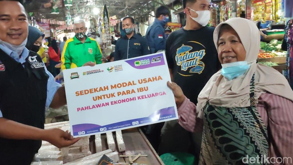 Sejumlah Pedagang di Pasar Ciamis Dapat Bantuan Modal Rp 1 Juta