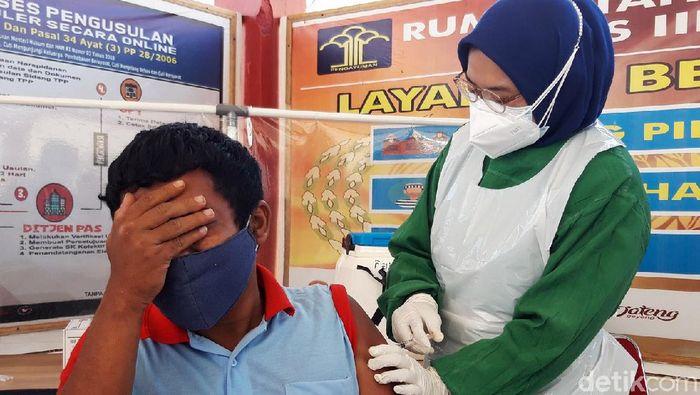 Rumah Tahanan (Rutan) kela II B Boyolali melakukan vaksinasi kepada seluruh warga binaan. Total ada 198 warga binaan yang diberikan vaksin COVID-19, Selasa (27/7/2021). Vaksin Corona ini diberikan karena warga binaan juga bagian dari masyarakat serta karena kondisi Rutan Boyolali yang over kapasitas sehingga sulit melakukan social distancing.
