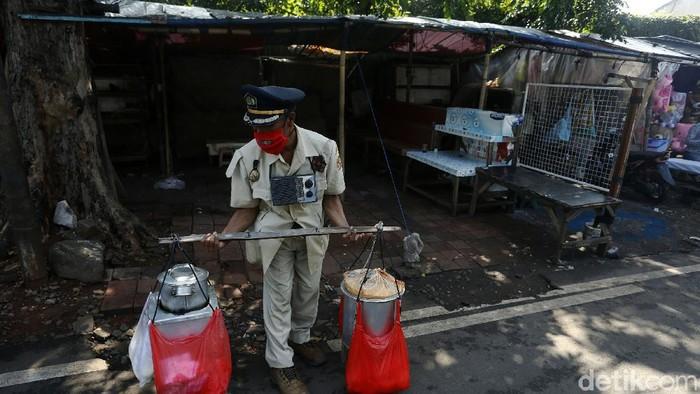 Seorang penjual kembang tahu yang biasa dipanggil Jenderal Boneng mencoba bertahan di masa PPKM. Dia tetap berkeliling menjajakan dagangannya di kawasan Pasar Gembrong.