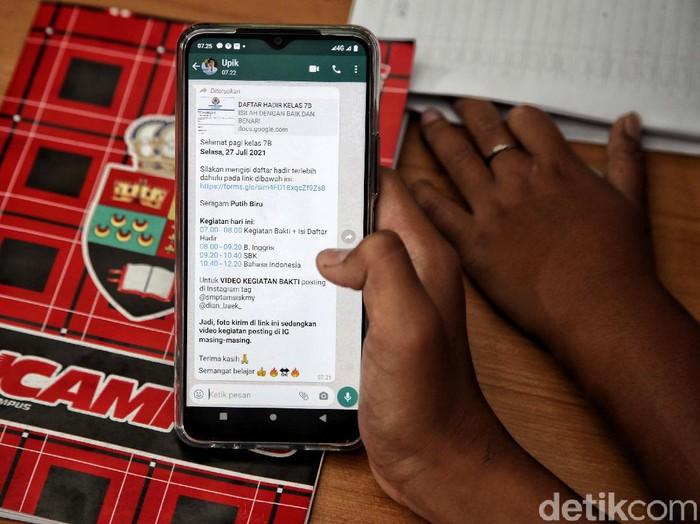 Sejumlah anak belajar secara daring di rumahnya kawasan Sunter Agung, Jakut. Sistem daring ini telah berjalan 1,5 tahun karena pandemi COVID-19 belum usai.