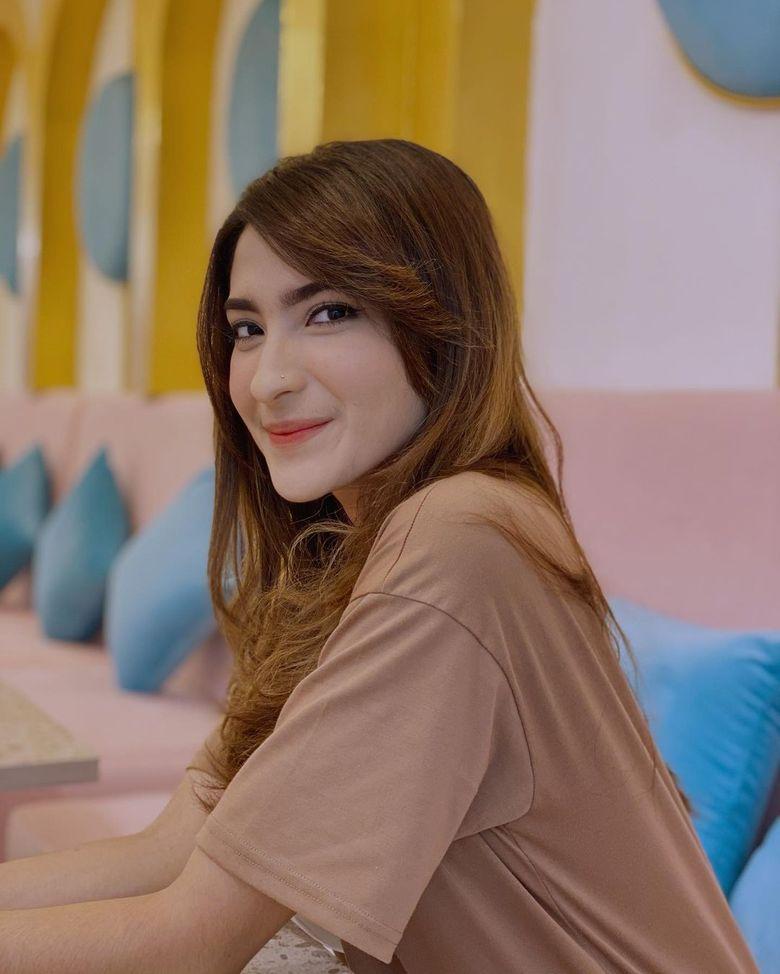 Keseruan Shirin Safira saat Nongkrong dan Menikmati Kopi di Kafe