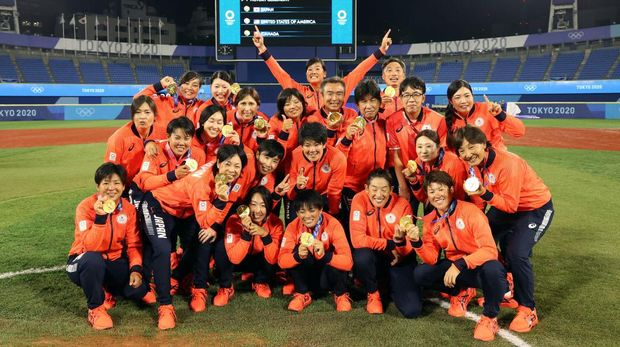 YOKOHAMA, JAPAN - JULY 27: Team Japan poses for a team photo with their gold medals after defeating Team United States 2-0 in the Softball Gold Medal Game between Team Japan and Team United States on day four of the Tokyo 2020 Olympic Games at Yokohama Baseball Stadium on July 27, 2021 in Yokohama, Kanagawa, Japan. (Photo by Yuichi Masuda/Getty Images)