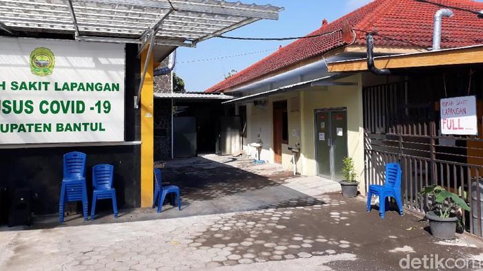 Suasana di Rumah Sakit Lapangan Khusus COVID-19 (RSLKC) di Kalurahan Sidomulyo, Kapanewon Bambanglipuro, Kabupaten Bantul yang penuh.