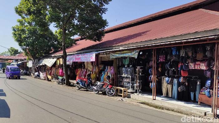 Pusat pertokoan hingga kios sandang di pasar tradisional Kabupaten Cianjur kembali buka setelah Kota Santri masuk dalam PPKM level 3 dan diberikan kelonggaran.