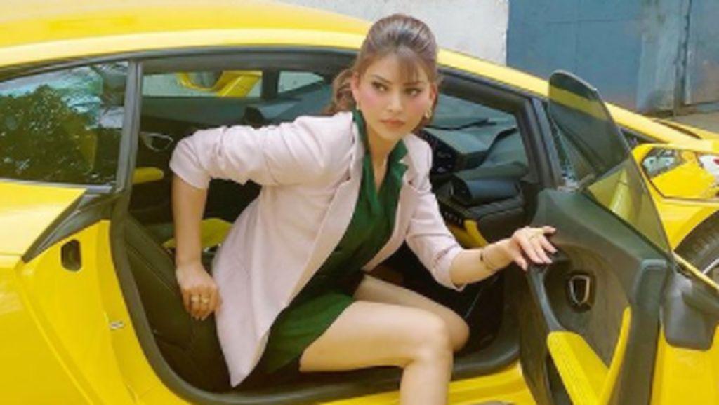 Ratu Kecantikan Ini Kerepotan Keluar-Masuk Lamborghini Gegara Tingginya