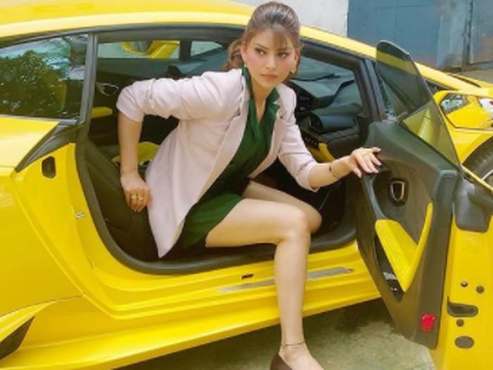 Potret Ratu Kecantikan saat Kerepotan Keluar Lamborghini Gegara Tingginya