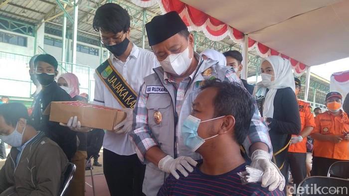 Wagub Jabar Uu Ruzhanul Ulum meninjau pelaksanaan vaksinasi di Karawang.
