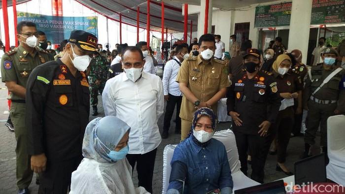 Walkot Medan Bobby Nasution bersama Gubsu Edy Rahmayadi saat meninjau vaksinasi di Kejatisu (Datuk Haris/detikcom)