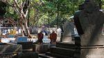 Miris, Ada Warga di Cirebon Hidup Berdampingan dengan Makam