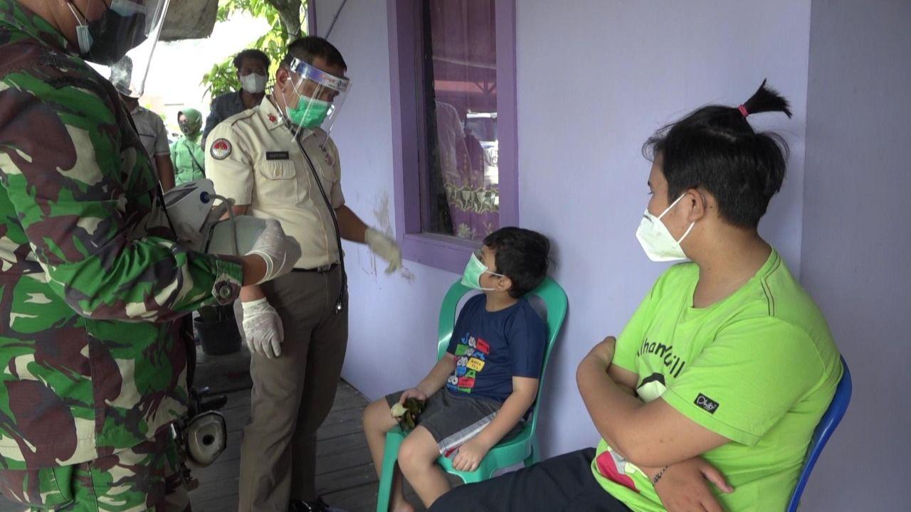 Anak dari Almarhum Alihusni dan Almarhumah Deasy Setiawati. Anak ini menjadi yatim piatu gara-gara pandemi COVID-19. (Suriyatman/detikcom)