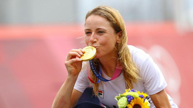 OYAMA, JAPAN - JULY 28: Annemiek van Vleuten of Team Netherlands kisses her gold medal after the Women's Individual time trial on day five of the Tokyo 2020 Olympic Games at Fuji International Speedway on July 28, 2021 in Oyama, Shizuoka, Japan. (Photo by Tim de Waele/Getty Images)