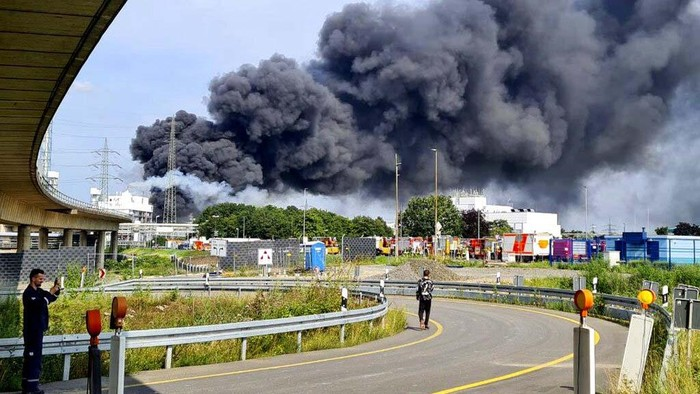 Sebuah ledakan terjadi di kawasan industri kimia di Kota Leverkusen, Jerman, dan menewaskan 1 seorang warga.Asap hitam membumbung ke langit Jerman.