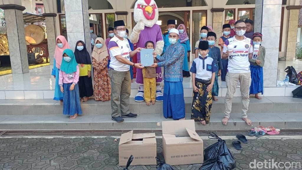 Gerakan Mengaji, Suporter Balad Galuh Bagikan Al Quran ke Masjid-Madrasah
