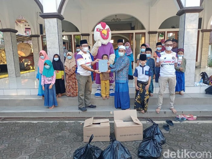Balad Galuh Ciamis membagikan ratusan Al-Quran untuk masjid dan madrasah
