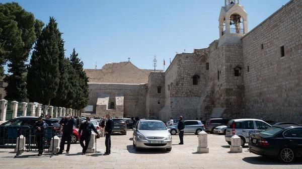Pembukaan itu dilakukan setelah Gereja Kelahiran Yesus tersebut ditutup selama sekitar dua bulan terakhir akibat merebaknya wabah virus Corona (COVID-19). Getty Images/Samar Hazboun
