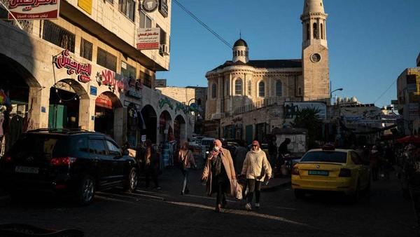 Setelah lebih dari satu tahun pembatasan perjalanan COVID-19, wisatawan perlahan-lahan kembali ke kota Betlehem, memberikan secercah harapan ke kota yang sangat bergantung pada pendapatan pariwisata. Getty Images/Samar Hazboun.