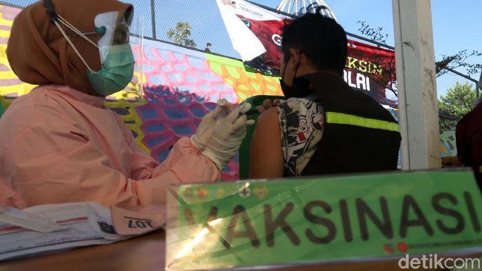 500 warga Kecamatan Cicalengka, Kabupaten Bandung, Jabar, jalani vaksinasi COVID-19. Vaksinasi ini digelar di Obyek Wisata Cicalengka Dreamland.