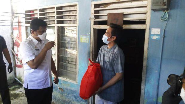 Bobby saat blusukan bagikan sembako ke warga di Medan (Datuk-detikcom)