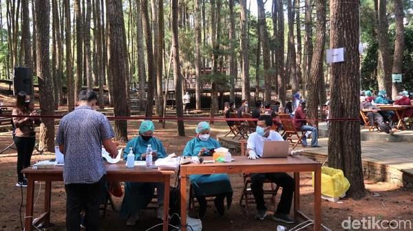 Asrinya hutan pinus membuat masyarakat yang menjalani vaksinasi terlihat lebih santai, terbukti dengan minimnya gagal vaksin akibat tensi tinggi.