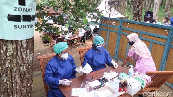 Selain itu, dengan suasana yang asri di tengah hutan pinus mempengaruhi psikologis masyarakat yang akan vaksinasi.