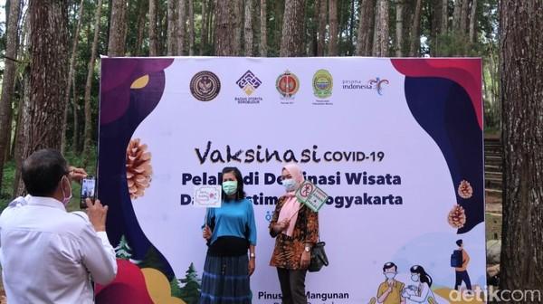 Sejumlah warga tampak berfoto usai menjalani vaksinasi COVID-19 massal di kawasan hutan pinus Mangunan.