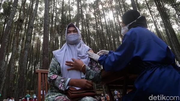 Ratusan pelaku wisata dan masyarakat di Kalurahan Mangunan, Kapanewon Dlingo, Bantul menjalani vaksinasi di kawasan hutan pinus Mangunan, Rabu (28/7/2021).