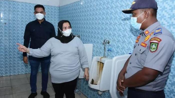 Bupati Bengkails Kasmarni sempat meradang melihat kondisi toilet di pelabuhan Roro Sungai Selari yang jorok. (ANTARA/Alfisnardo)