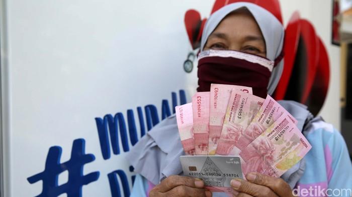 Bantuan Langsung Tunai Dana Desa mulai disalurkan untuk warga Lubang Buaya, Setu, Kabupaten Bekasi. Warga menerima BLT Rp 300.000/bulan selama 12 bulan.