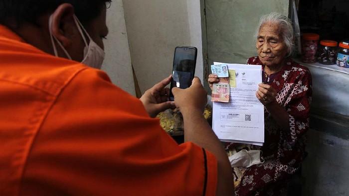 Pemkot Solo melibatkan PT. Pos Indonesia untuk menyalurkan Bantuan Langsung Tunai (BLT). Petugas mendatangi rumah-rumah lansia di Kampung Gandekan, Solo.