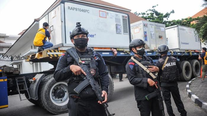 Sebanyak 21,2 juta bahan baku vaksin Sinovac tiba di Indonesia. Pengiriman bahan baku vaksin COVID-19 ke Biofarma yang berada di Bandung ini dikawal polisi-TNI.